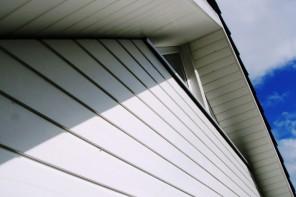 Faîtes poser votre bardage extérieur avec AEF Rénovation, entreprise de bâtiment.