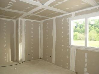 AEF Rénovation assure la pose de placo plâtre pour l'isolation de vos murs et la création des cloisons de votre habitation en Presqu'île guérandaise.